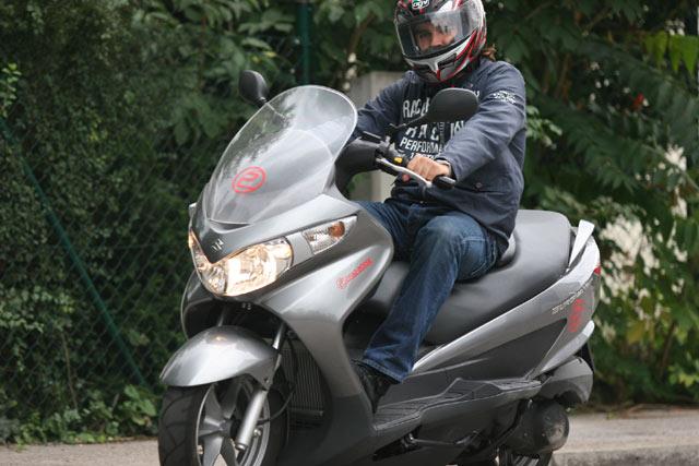 kot fährt Suzuki Burgman 125