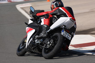 Yamaha YZF-R125 am Knie